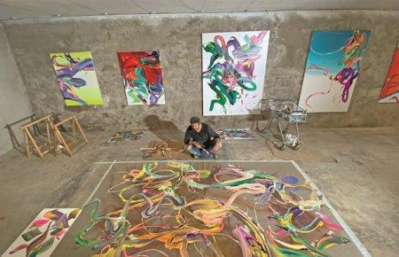 Povestea incredibila a lui Alex <span style='background:#EDF514'>VOINEA</span> sau cum te trezesti cu doar 10 dolari in buzunar si ajungi apoi sa-ti expui picturile in lumea-ntreaga: Social Media va marca o revolutie in arta. Deja a inceput