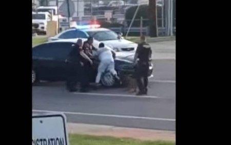 VIDEO Barbat de <span style='background:#EDF514'>CULOARE</span>, muscat agresiv de cainele politiei chiar sub ochii ofiterilor. Cum se scuza oamenii legii