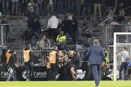 Incidente dupa <span style='background:#EDF514'>MECIUL</span> Angers - Marseille! Suporterii celor doua echipe s-au luat la bataie in stadion