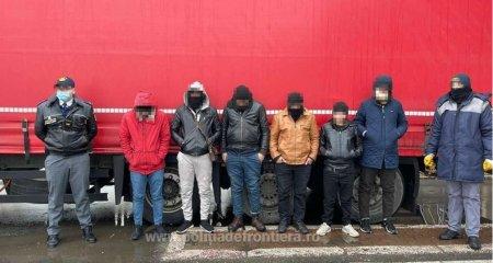 10 migranti afgani ascunsi intr-un TIR au fost prinsi in timp ce incercau sa treaca ilegal granita