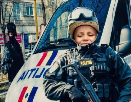 Un copil cu arma, pe Facebook-ul Politiei Romane. Desi modificata, fotografia a starnit valuri de reactii