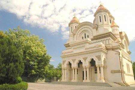 O<span style='background:#EDF514'>SEMINTE</span>le episcopului Nifon Niculescu, aduse de la Cimitirul Bellu pentru a fi depuse intr-o cripta la Catedrala din Galati