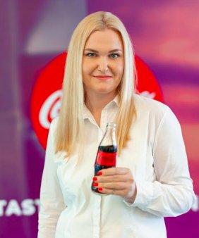 Gala <span style='background:#EDF514'>TOP 100</span> femei de succes. Premiul pentru Categoria Expate a fost castigat de Irina Firstova, Country HR Manager Coca-Cola HBC Romania
