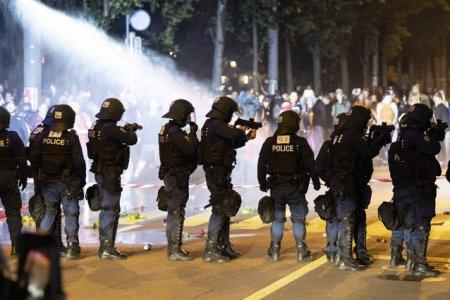 Elvetienii au iesit in <span style='background:#EDF514'>STRADA</span>, pentru a protesta impotriva restrictiilor anti-Covid. Politia a folosit gloante de cauciuc