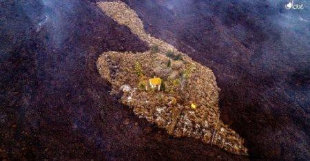 Imagine incredibila din Insulele Canare, dupa <span style='background:#EDF514'>ERUPTIA</span> vulcanului Cumbre Vieja: rauri de lava inconjoara o casa, fara s-o inghita