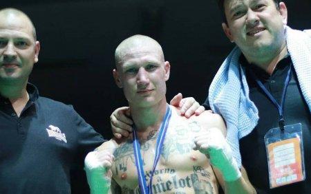 Un <span style='background:#EDF514'>BOXE</span>r italian a fost suspendat din cauza tatuajelor. Ce are desenat pe corp