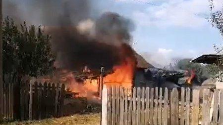 Doua fe<span style='background:#EDF514'>TITE</span> care s-au jucat cu chibriturile au dat foc la doua case din Buzau. Vecinii spun ca nu e prima data cand copilele se joaca cu focul
