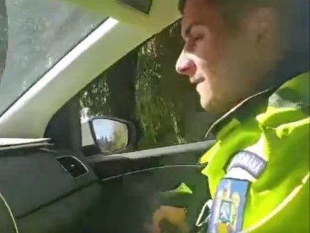Doi politisti jignesc o femeie si se amuza pe seama ei: