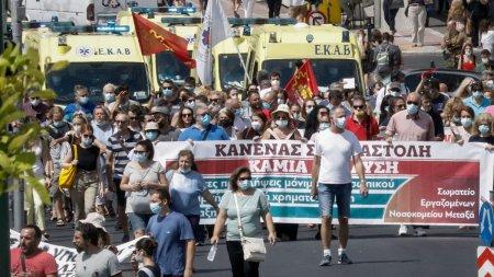 Cum lupta Grecia cu pandemia si negationistii. <span style='background:#EDF514'>FUNCTIONAR</span>ii care refuza vaccinul, amendati cu sute de euro. Ce patesc antivaccinistii