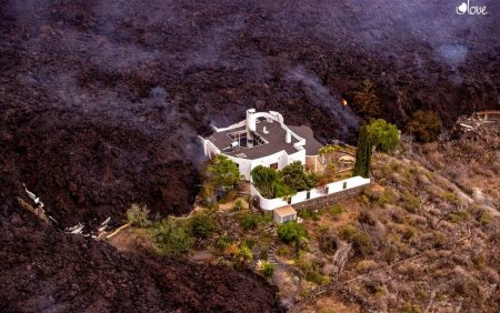 O casa, crutata in mod miraculos de lava devastatoare a vulcanului de pe insula La Palma VIDEO