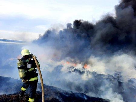 Incendiu violent, cu degajari mari de fum, la o ferma din Adunatii Copaceni