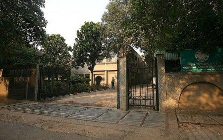 VIDEO. Un <span style='background:#EDF514'>GANG</span>ster a fost asasinat intr-o sala de judecata a tribunalului din India. Ucigasii s-au dat drept avocati