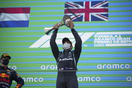 Il urasc cu a<span style='background:#EDF514'>DEVA</span>rat. Max Verstappen il ataca sarcastic pe Lewis Hamilton