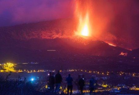 Pompierii, nevoiti sa se retraga din cauza intensificarii eruptiei vulcanului din La Palma. Inca 3 orase au fost evacuate