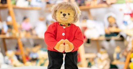 Ursulet de plus creat special pentru perioada in care Merkel a condus Germania. Cat costa jucaria