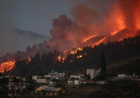 Zboruri anulate in Canare din cauza vulcanului Cumbre Vieja. Norul de cenusa face imposibil traficul aerian