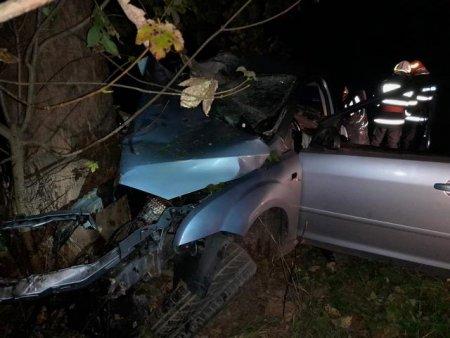 Tanar de 17 ani, mort intr-un accident <span style='background:#EDF514'>GRAV</span> in judetul Suceava. Alti doi adolescenti au ajuns la spital