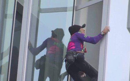 Spidermanul francez a escaladat cu mainile goale si fara sisteme de siguranta un zgarie-nori din Paris