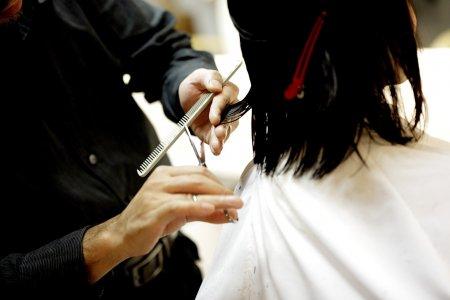 O femeie a primit 271.000 de dolari daune de la un salon dupa ce a reclamat ca a fost tunsa prea scurt