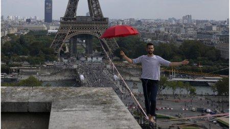 De pe Turnul Eiffel, peste Sena: un acrobat a facut spectacol pe sfoara, la 600 de metri deasupra pamantului