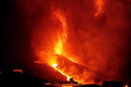 Aeroportul local a fost inchis, iar numarul persoanelor evacuate a ajuns la 6.000, dupa ce <span style='background:#EDF514'>ERUPTIA</span> vulcanului din Canare s-a intensificat