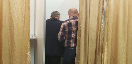 FOTO. Probleme la votul pentru congresul PNL: cate doi in cabina, unii delegati isi fotografiaza optiunea
