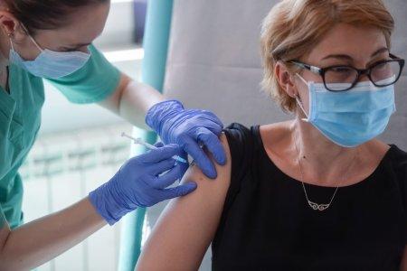 <span style='background:#EDF514'>SCAD</span>e iar numarul vaccinarilor. Putin peste 14.000 de persoane au facut prima doza de ser anti-COVID in ultimele 24 de ore