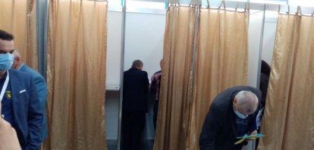 Aglomeratie la votul pentru sefia PNL. In cabina de vot intra si cate doi liberali. Orban acuza nereguli: Sa le fie rusine. Asta nu e democratie FOTO