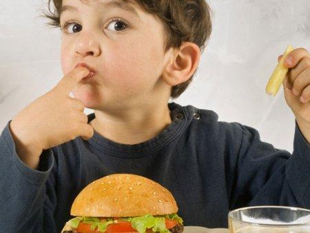 Parintii nu mai gatesc pentru copii, ci comanda de la fast food. Nutritionistul recomanda mese simple si <span style='background:#EDF514'>GUST</span>oase
