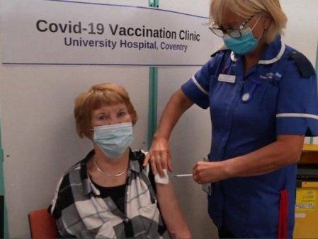 Prima persoana din lume vaccinata anti-COVID cu Pfizer a primit a treia doza