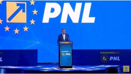 Ironie fina la adresa PNL: Un barbat amendat ii arata politistului poza cu Iohannis la Congres. Apoi vorbesc de golf