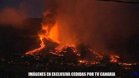 Eruptie vulcanica in Canare: Lava incandescenta se scurge in timp ce faza exploziva se intensifica