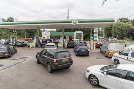 Efectul crizei de transportatori din Marea Britanie: benzina cu ratia, cozi la statiile de combustibil