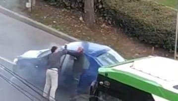 Imagini filmate in centrul orasului Satu Mare, cu un sofer care il ia la pumni pe conducatorul auto care l-a tamponat