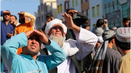 Talibanii au ucis patru presupusi rapitori si le-au <span style='background:#EDF514'>SPANZURAT</span> trupurile in public
