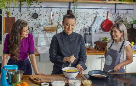 Hello Chef, sezon 2, episod 5. Reteta de creveti cu sparanghel a la Chef Roxana Blenche. Ingrediente si mod de preparare