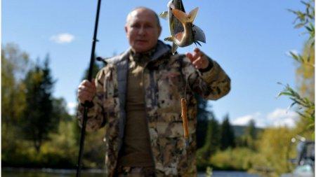 La <span style='background:#EDF514'>PESCUIT</span>: presedintele Vladimir Putin a fost surprins de aparatele de fotografiat intr-o scurta vacanta