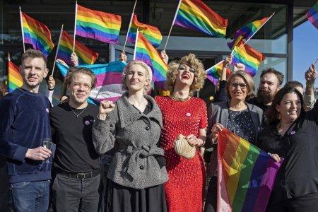 Elvetia a votat in favoarea legalizarii casatoriilor intre persoane de <span style='background:#EDF514'>ACELASI SEX</span>