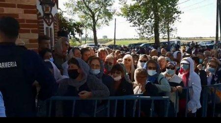 Mii de oameni se roaga la moastele Mariei Magdalena, la Manastirea Pantocrator, din Draganesti Vlasca. Teleorman e de azi in scenariul rosu