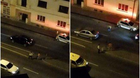 Politista, amenintata cu moartea de un barbat gol si baut suprins in timp ce distrugea semnele de circulatie, in Zalau