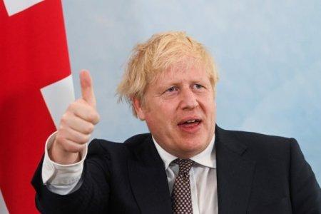 Boris Johnson accepta relaxarea cerintelor de viza pentru soferii straini de camion pentru a evita o criza a benzinei