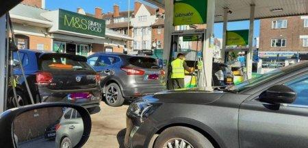 Aproape o treime din benzinariile grupului BP din Marea Britanie au ramas fara carburanti duminica
