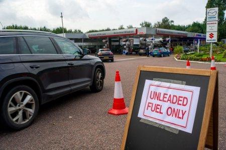 Aproape o treime din benzinariile grupului BP din Marea Britanie, fara carburanti, in urma panicii automobilistilor
