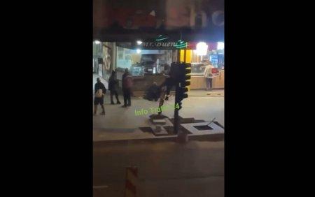 Cersetor batut cu picioarele in cap de un bodyguard, in centrul Clujului. Oamenii de pe strada se uitau nepasatori VIDEO