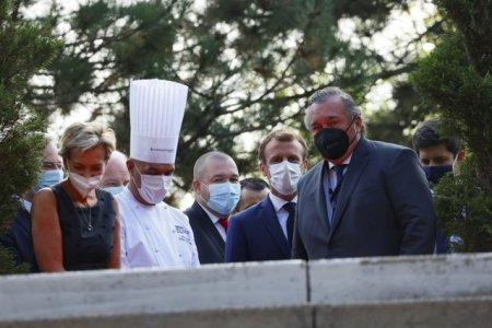 Em<span style='background:#EDF514'>MANUEL</span> Macron a fost atacat cu un ou de un protestatar