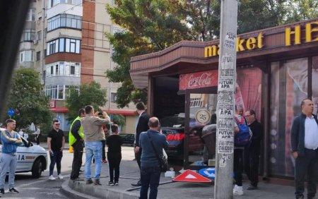 Un barbat din Craiova a intrat cu masina intr-un magazin, dupa ce s-a ciocnit cu un TIR. VIDEO si <span style='background:#EDF514'>GALERIE</span> FOTO