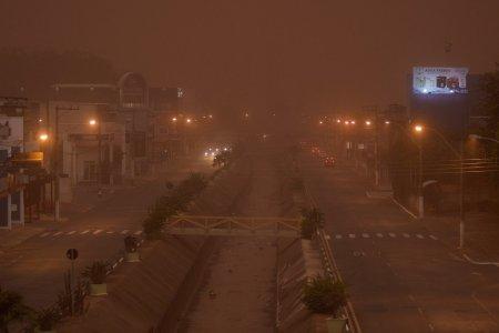 Imagini apocaliptice in Brazilia. Mai multe orase, <span style='background:#EDF514'>INGHITIT</span>e de un nor de praf urias
