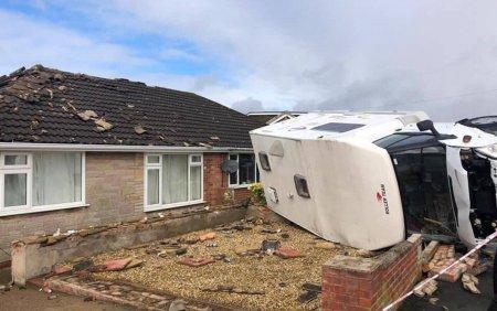 Un fenomen straniu a distrus mai multe case si masini in Anglia. FOTO si VIDEO