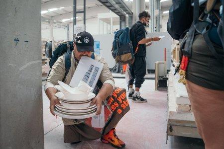 Asia Express, 27 septembrie. Concurentii au avut de gasit farfurii intr-o fabrica de ceramica imensa. Cum s-au descurcat
