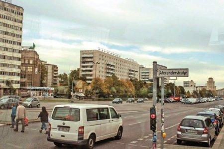 Berlinezii au votat in numar record sa-i evacueze silit pe marii proprietari de apartamente, pe marii speculatori din chirii. Acesta poate fi inceputul unui cutremur care va zgudui intreaga piata imobiliara europeana
